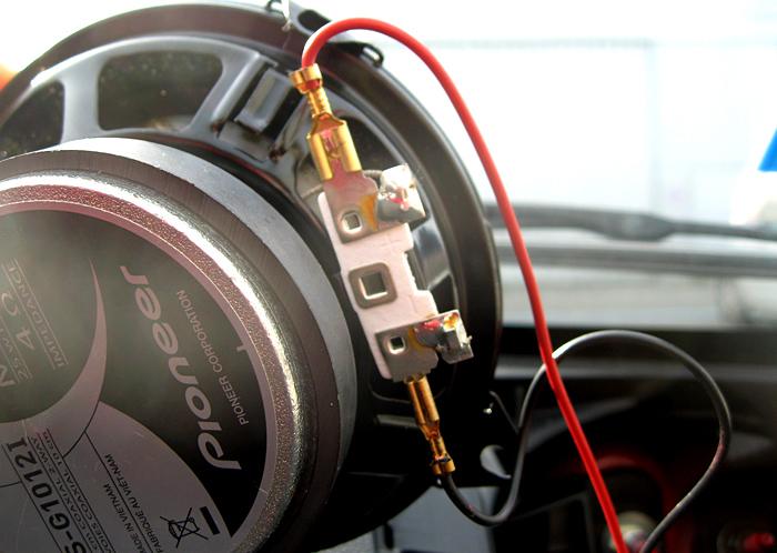 Câble adaptateur relié aux fiches du haut parleur
