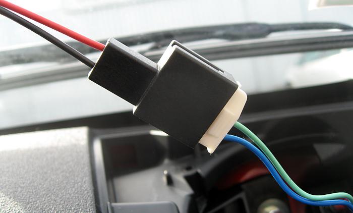 Connecteur du haut-parleur droit relié à l'adaptateur