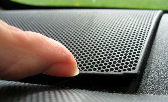 Retrait de la grille dévoilant emplacement haut-parleur