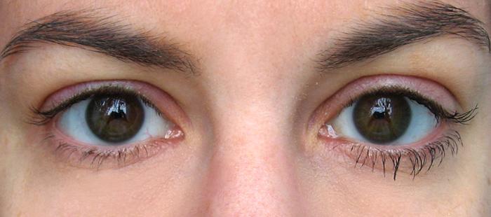 Oeil gauche maquillé avec le mascara Volume