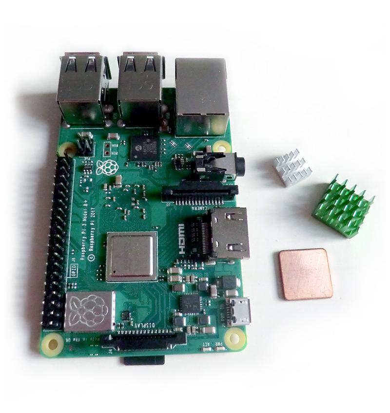 Raspberry Pi et ses dissipateurs prêts à être posés