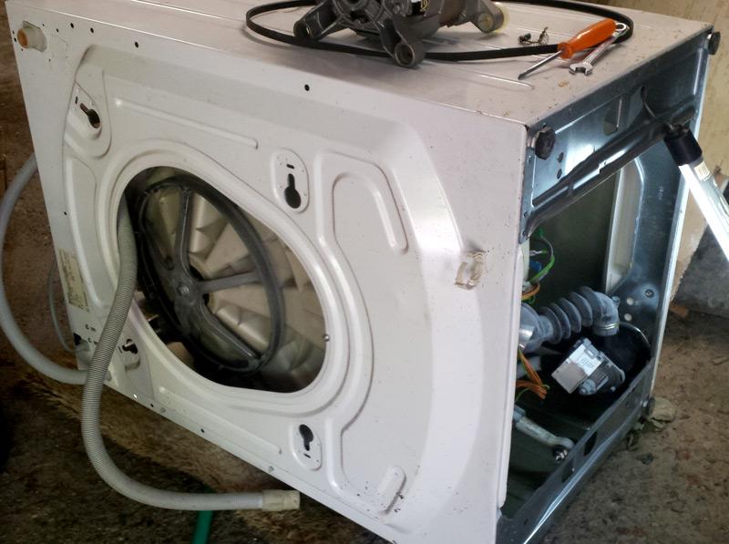 Machine à laver capot ouvert, et vue sur sa face inférieure