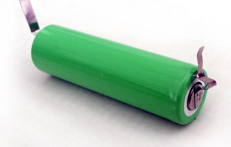Patte de la batterie pliée et découpée