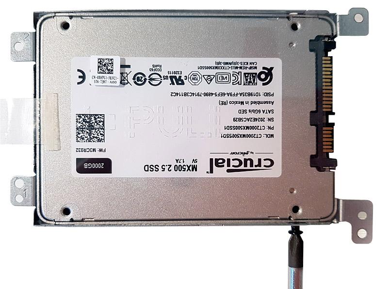 Vissage du disque dur dans le cadre